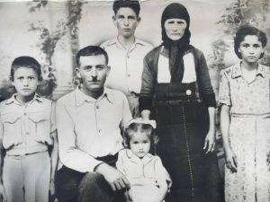 Η φούτα (ποδιά) άνηκε στη γιαγιά μου, Γιαννούλα! Οι επιπλέον στολισμοί της είναι χειροποίητες μετέπειτα προσθήκες από την μητέρα μου. Νιώθω μεγάλη συγκίνηση και τιμή…