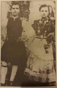 Φωτογραφία αρχείου που απεικονίζει την παραδοσιακή αντρική και γυναικεία φορεσιά του Αγίου Δημητρίου.